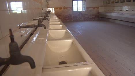 Innenraum-Der-Badezimmer-Im-Nazi-Konzentrationslager-Theresienstadt-In-Tschechien-
