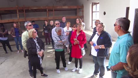 Touristen-Betrachten-Die-Bedingungen-Im-NS-Konzentrationslager-Theresienstadt-In-Tschechien