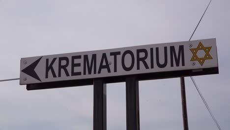 Ein-Schild-Weist-Auf-Die-Richtung-Zum-Krematorium-Im-Nazi-Konzentrationslager-Theresienstadt-In-Tschechien-Hin