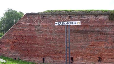 Ein-Schild-Weist-Auf-Den-Weg-Zum-Krematorium-Im-NS-Konzentrationslager-Theresienstadt-In-Tschechien-Hin