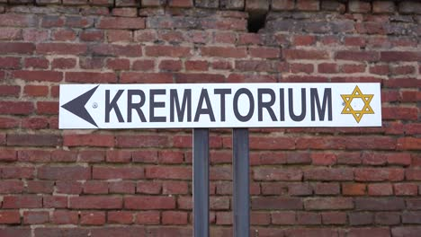 Ein-Schild-Weist-Auf-Den-Weg-Zum-Krematorium-Im-NS-Konzentrationslager-Theresienstadt-In-Tschechien-Hin-1