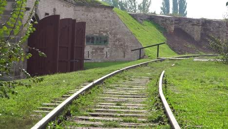 Eisenbahnstrecke-In-Der-Nähe-Von-Krematorium-Und-Öfen-Im-Nazi-Konzentrationslager-Theresienstadt-In-Tschechien