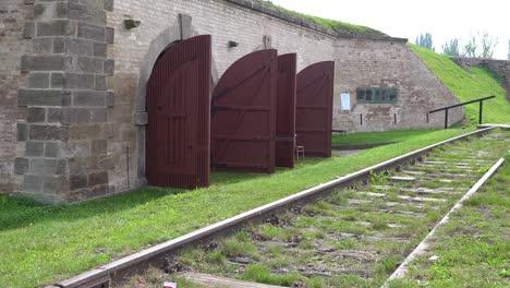 Eisenbahnstrecke-In-Der-Nähe-Von-Krematorium-Und-Öfen-Im-Nazi-Konzentrationslager-Theresienstadt-In-Tschechien-1