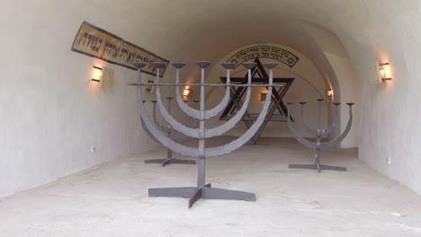 Eine-Jüdische-Menora-In-Der-Nähe-Des-Krematoriums-Im-Konzentrationslager-Theresienstadt-In-Tschechien