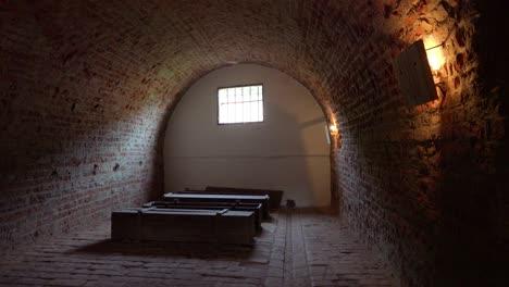 Särge-Sitzen-Im-Abgedunkelten-Krematorium-Des-Nazi-Konzentrationslagers-Theresienstadt-In-Tschechien