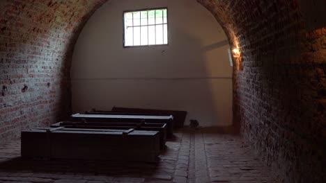 Särge-Sitzen-Im-Abgedunkelten-Krematorium-Des-Nazi-Konzentrationslagers-Theresienstadt-In-Tschechien-1