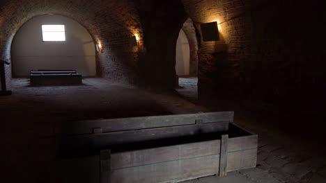 Särge-Sitzen-Im-Abgedunkelten-Krematorium-Des-Nazi-Konzentrationslagers-Theresienstadt-In-Tschechien-2
