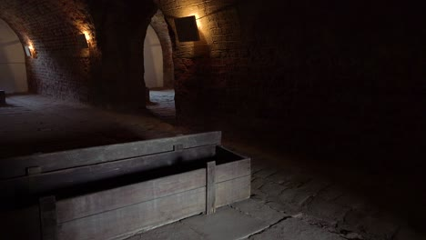 Särge-Sitzen-Im-Abgedunkelten-Krematorium-Des-Nazi-Konzentrationslagers-Theresienstadt-In-Tschechien-3