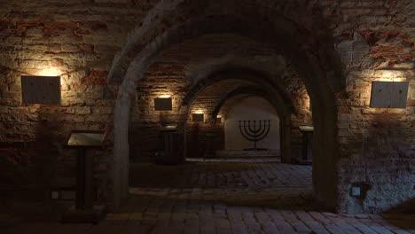Särge-Und-Eine-Jüdische-Menora-Sitzen-Im-Abgedunkelten-Krematorium-Des-Nazi-Konzentrationslagers-Theresienstadt-In-Tschechien