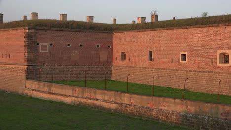 Mauern-Und-Ein-Graben-Bilden-Den-Eingang-Zum-Konzentrationslager-Theresienstadt-In-Tschechien-In