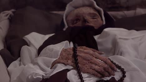 Eine-Weibliche-Mumie-Ist-In-Einer-Krypta-In-Vak-Ungarn-Sehr-Gut-Erhalten-1