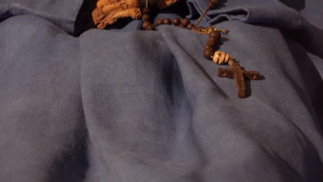 Eine-Männliche-Mumie-Hände-Halten-Ein-Kreuz-In-Einer-Krypta-In-Vac-Ungarn
