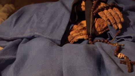 Eine-Männliche-Mumie-Hände-Halten-Ein-Kreuz-In-Einer-Krypta-In-Vak-Ungarn-1