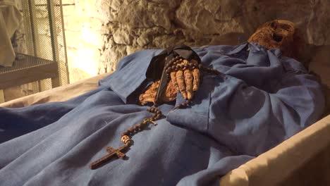 Eine-Männliche-Mumie-Hände-Halten-Ein-Kreuz-In-Einer-Krypta-In-Vak-Ungarn-3