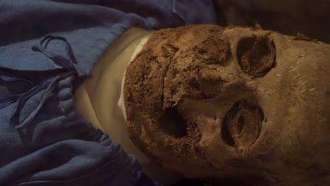 Eine-Männliche-Mumie-Hände-Starrt-Mit-Eingefallenen-Augen-In-Eine-Krypta-In-Vac-Ungarn