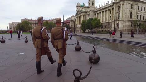 Ungarische-Palastwachen-Marschieren-Zusammen-In-Formation-In-Budapest-Ungarn