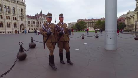Ungarische-Palastwachen-Marschieren-Zusammen-In-Formation-In-Budapest-Ungarn-1