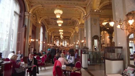 Tilt-Down-Interior-Shot-De-La-Elegante-Y-Lujosa-Nueva-York-K___-V___-H___-Z-En-Budapest-Hungría