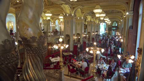 Establecimiento-De-La-Toma-Interior-De-La-Elegante-Y-Lujosa-Nueva-York-K___-V___-H___-Z-En-Budapest-Hungría