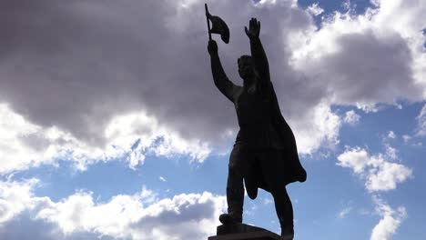 Zeitrafferaufnahme-Von-Alten-Sowjetischen-Statuen-Die-Im-Memento-Park-Außerhalb-Von-Budapest-Ungarn-Rosten-1