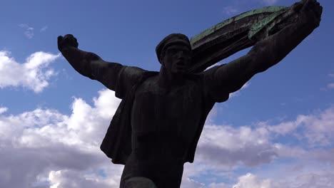 Zeitraffer-Alter-Statuen-Aus-Der-Sowjetzeit-Rosten-Im-Memento-Park-Außerhalb-Von-Budapest-Ungarn