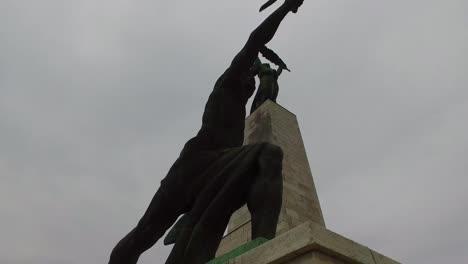 Reiseaufnahme-Der-Kommunistischen-Statue-Im-Sowjetischen-Stil-In-Der-Zitadelle-In-Budapest-Ungarn