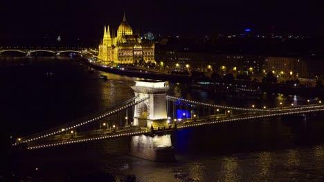 El-Hermoso-Edificio-Del-Parlamento-Brilla-A-La-Luz-Del-Atardecer-A-Lo-Largo-Del-Río-Danubio-En-Budapest-Hungría-3