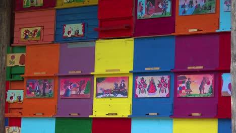 Cajas-De-Abejas-Multicolores-Forman-Un-Cobertizo-En-Eslovenia