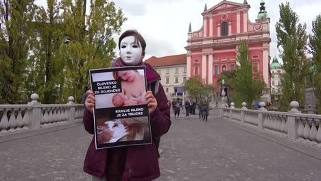 Un-Manifestante-Enmascarado-En-Las-Calles-De-Europa-Protesta-Por-El-Trato-Inhumano-De-Las-Vacas-Lecheras