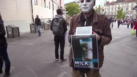 Un-Manifestante-Enmascarado-En-Las-Calles-De-Europa-Protesta-Por-El-Trato-Inhumano-De-Las-Vacas-Lecheras-1