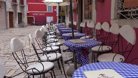 An-empty-cafe-during-the-off-season-in-the-narrow-alleys-of-Rovinj-in-Croatia