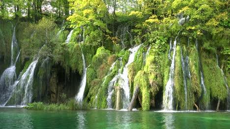 Hermosas-Cascadas-Fluyen-A-Través-De-Una-Exuberante-Selva-Verde-En-El-Parque-Nacional-De-Plitvice-En-Croacia-1