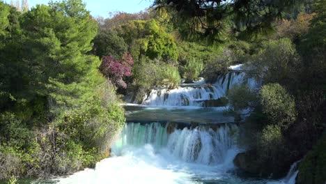Wunderschöne-Wasserfälle-Fließen-Durch-Die-Berge-Kroatiens