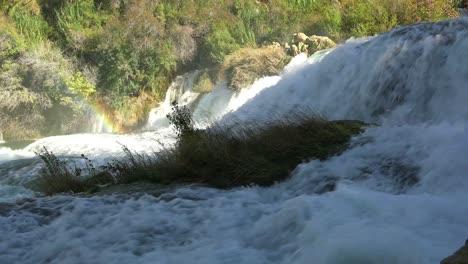 Hermosas-Cascadas-Furiosas-Fluyen-A-Través-De-Las-Montañas-De-Croacia