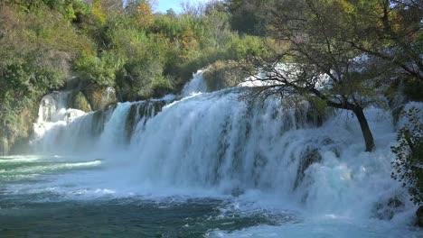 Hermosas-Cascadas-Furiosas-Fluyen-A-Través-De-Las-Montañas-De-Croacia-1