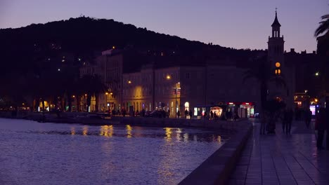 Noche-Estableciendo-Tiro-De-La-Costanera-En-Split-Croacia