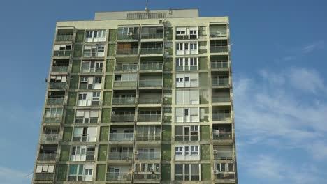 Establishing-shot-of-an-old-rundown-high-rise-apartment-building