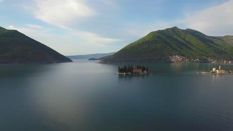 Hermosa-Antena-Sobre-La-Iglesia-De-Our-Lady-Rock-Island-En-La-Bahía-De-Boka-Montenegro-1