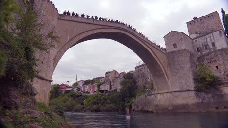 Toma-De-Establecimiento-Del-Famoso-Puente-Stari-Most-En-Mostar-Bosnia-Y-Herzegovina-Con-Un-Hombre-Saltando