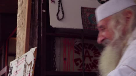 Un-Anciano-Musulmán-Bosnio-Mira-A-La-Cámara-
