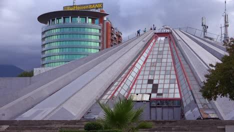 """Eine-Verlassene-Pyramide-Ist-Ein-Ãœberbleibsel-Einer-Kommunistischen-Ã""""ra-In-Der-Innenstadt-Von-Tirana-Albanien"""