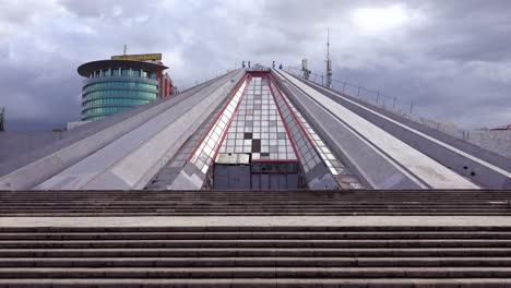"""Eine-Verlassene-Pyramide-Ist-Ein-Ãœberbleibsel-Einer-Kommunistischen-Ã""""ra-In-Der-Innenstadt-Von-Tirana-Albanien-1"""