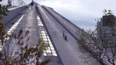"""Eine-Verlassene-Pyramide-Ist-Ein-Ãœberbleibsel-Einer-Kommunistischen-Ã""""ra-In-Der-Innenstadt-Von-Tirana-Albanien-2"""