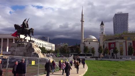 Estatua-De-La-Mezquita-Principal-Y-El-Horizonte-De-La-Ciudad-En-El-Centro-De-Tirana-Albania
