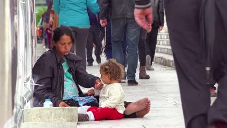 Una-Mujer-Mendiga-Con-Sus-Hijos-En-Las-Calles-De-Tirana-Albania