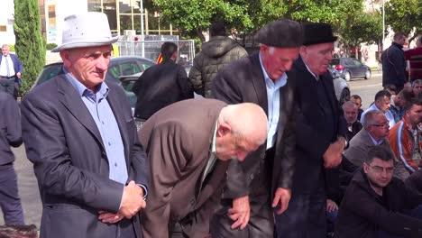 Los-Hombres-Musulmanes-Rezan-En-Las-Calles-De-Tirana-Albania