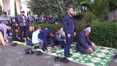 Los-Hombres-Musulmanes-Rezan-En-Las-Calles-De-Tirana-Albania-1