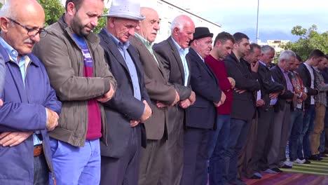 Los-Hombres-Musulmanes-Rezan-En-Las-Calles-De-Tirana-Albania-2