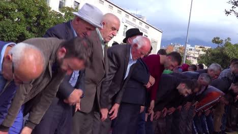 Los-Hombres-Musulmanes-Rezan-En-Las-Calles-De-Tirana-Albania-3