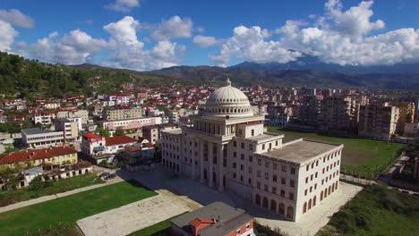 Hermosa-Toma-Aérea-Sobre-La-Gran-Cúpula-De-La-Capital-O-El-Edificio-Del-Gobierno-En-Berat-Albania